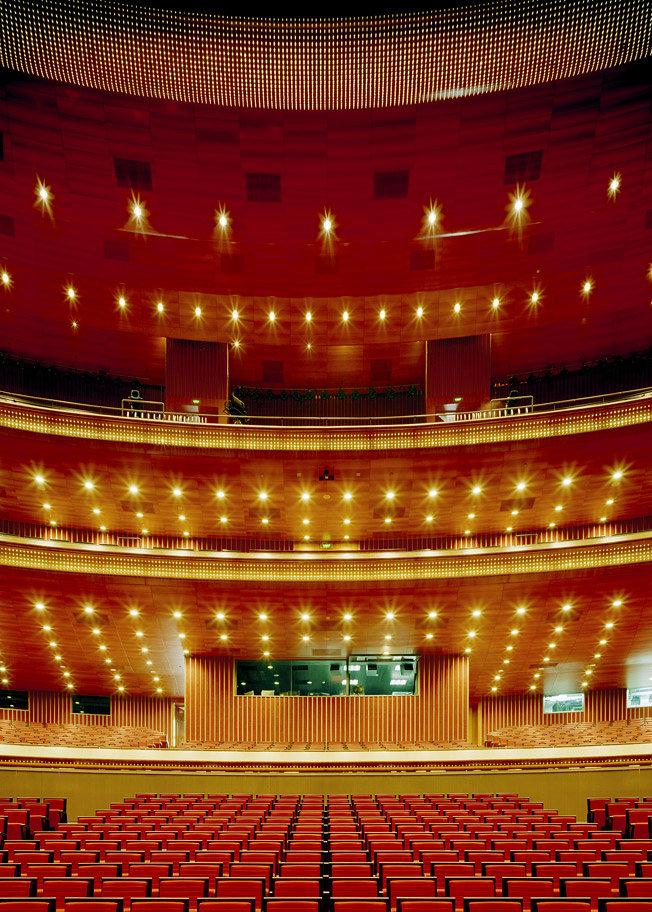 Внутри современное здание Национального театра, спроектированное французским архитектором Полем Андре, выглядит вполне классически